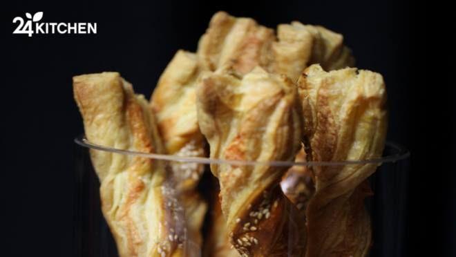 Pazar kahvaltısına yetişir!  Milföy hamuruyla çok kolay hazırlanan çıtır çıtır bir ikramlık! Çubukları cam bir vazonun içinde servis etmeyi dene. Harika görünecek.