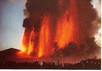 伊豆大島火山。火山の噴火もこうして見てみると、綺麗にも見えます。