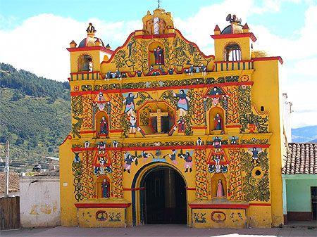 Eglise insolite et saints colorés à San Andrés Xequl  Altiplano, San Andrés Xequl village maya, situé à 10km de Quetzaltenango. Guatemala