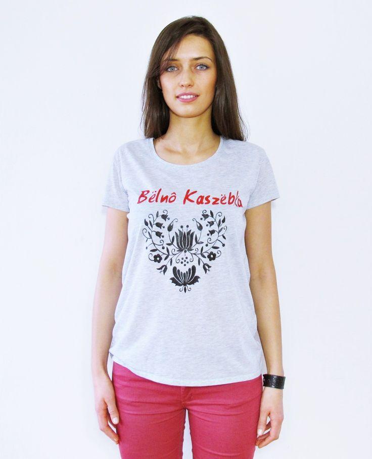 """Bluzka Owersize, kobieca, bawełniana koszulka. Ozdobiona napisem po Kaszubsku """" Bëlnô Kaszëbka"""" co znaczy: """" Piękna Kaszubka"""". Została pomalowana specjalnymi farbami do tkanin. Farby są bardzo trwałe i nie brudzą ubrań. T-shirt jest wykonany z dobrej jakości bawełny"""