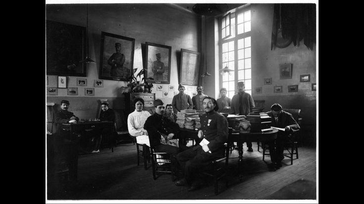 Salle de lecture du foyer pour les soldats convalescents à l'hôpital Saint-Louis, s.d.