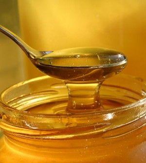 """""""ARANYMÉZ"""" amitől képes újjáéledni az immun Hozzávalók: 100 g méz 1 evőkanál kurkuma Elkészítés: Egy evőkanál kurkumát keverjünk össze a 100 g mézzel, és hagyjuk összeérni őket kb. egy órán át. Használat: 1. nap: fél teáskanál keveréket kanalazzunk óránként, egész nap 2. nap: fél teáskanál keveréket kanalazzunk két óránként, egész nap 3. nap: fél teáskanál keveréket kanalazzunk napi 3 alkalommal Az Arany mézet tartsd a szájban pár pillanatig, azután nyeld le.  Max 3 nap és érzed a…"""
