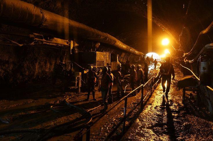 Varios empleados de la Corporación de Metro de Nueva Delhi trabajan en la construcción de un túnel entre Kalkaji Mandir y Okhla Phase 3, el 4 de ...