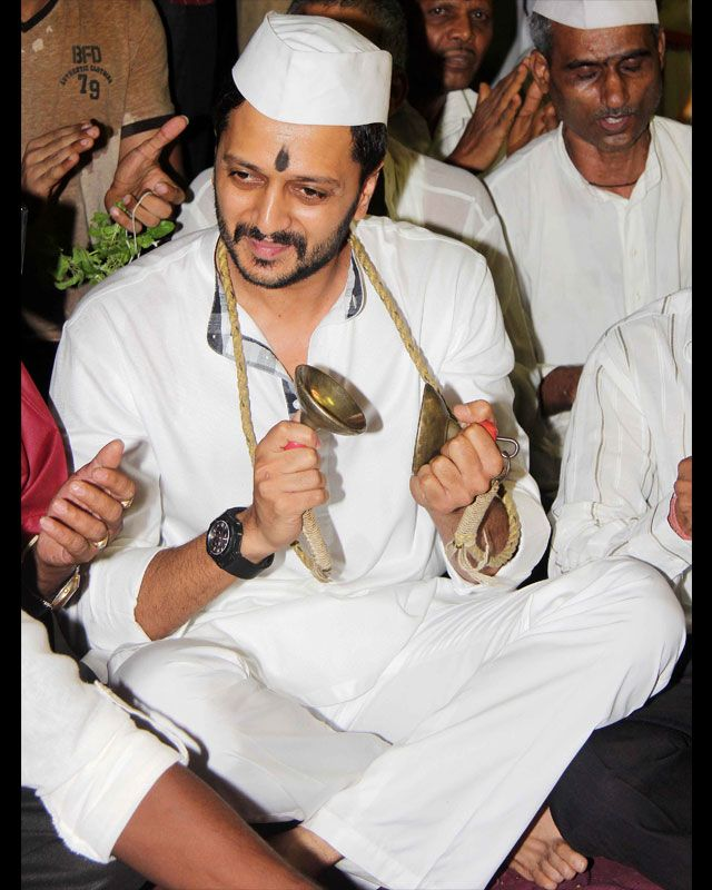 RITEISH SEEKS DIVINE BLESSINGS FOR LAI BHAARI Ek Villain actor Riteish Deshmukh was spotted yesterday at Vitthal mandir seeking blessings for the success of his Marathi movie Lai Bhaari in Mumbai. #riteishdeshmukh #laibhari #bollywood #bollywoodactors #geneliadsouza #biscootshowtym