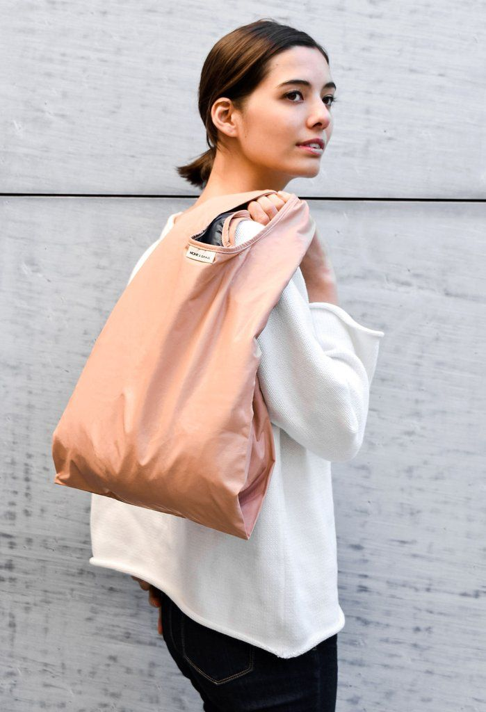 This original designed synthetic leather tote bag is simple yet elegant to take with you on your daily walk down the blocks. From grocery shopping to ladies night out, the Monk & Anna bag is suitable for all occasions !  Monk & Anna is a Dutch brand founded in 2015. *PU Leather, Water Resistant Nylon PUレザー、防水ナイロン Width 300mm x Height 550mm