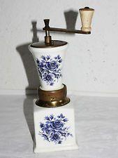Kaffeemühle, Italien, Keramikkörper mit Rosendekor blau, Bajonettverschluss