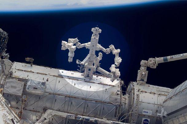 Dextre es el primer robot que se repara a sí mismo en el espacio. Ha conseguido sustituir una videocámara de su brazo robótico por una nueva.