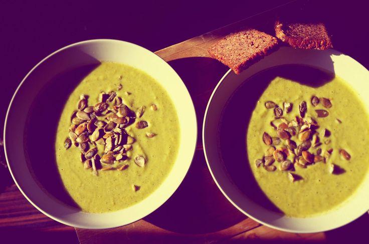 Dietetyczna zupa BROKUŁOWA czyli zdrowy krem z brokułów :)  krem z brokułów. Jest pyszny i błyskawiczny :)  Składniki na ok. 4 porcje: 1 główka brokuła 2 średnie marchewki 1 por/ cebula 500 ml bulionu 100 ml mleka łyżka jogurtu greckiego sól  pieprz pestki dyni