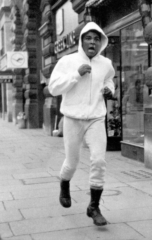 11 Incredible Pictures Of Muhammed Ali Training On Londons Streets