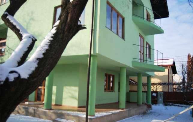 Brasov – zona cartier Florilor, vanzare vila 9 camere, constructie finalizata in 2004, S+P+2+Pod mansardabil, suprafata totala 560mp, suprafata utila 480mp, teren 273mp, 4 bai, 2 bucatarii. Fundati...