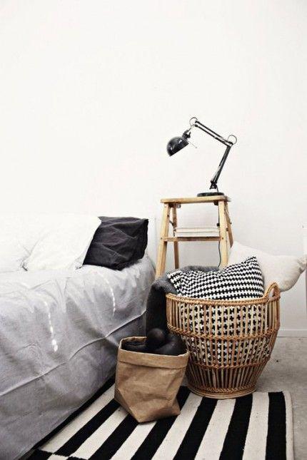 skandynawska sypialnia z drabiną,niska drabina z pólkami w sypialni,drabina w aranżacji sypialni,drewniana drabina w naturalnym kolorze w skandynawskiej sypialni