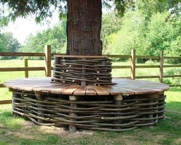 Деревянные скамьи с плетеными элементами