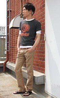 チノパンであ合わせてメリハリコーデ。Tシャツ 重ね着のアイデア