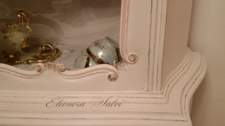 Particolare vetrina rosa cipria tenue in stile shabby chic, provenzale.  https://www.facebook.com/atelierdellarteleonorasalvi/