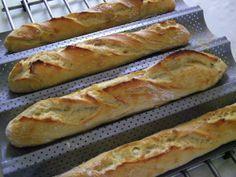 Pour 8 baguettes ( ou 16 petits pains) de ma plaque : 1 kg de farine T55 25g de levure de boulanger déshydratée 20g de sel 700g d'eau