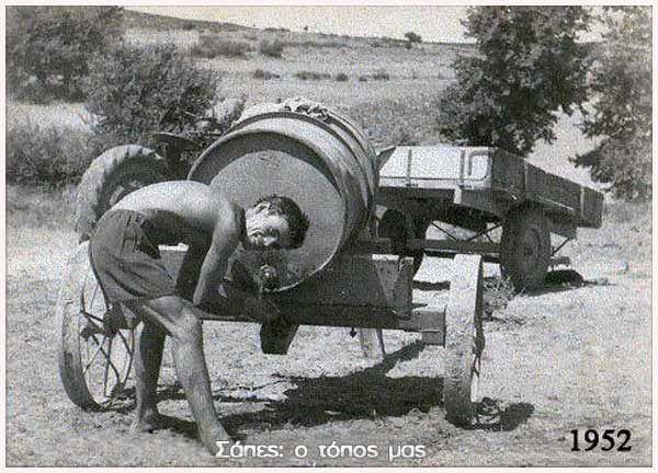 'Ενα βαρέλι με νερό! Πολύτιμο υλικό μέσα στο λιοπύρι! Βάλσαμο η δροσιά του λιγοστού νερού στο πρόσωπο από τη σκόνη και τον ιδρώτα της δουλειάς! Στη φωτογραφία ο Αλέκος Χαρισιάδης, στο αρχείο του οποίου ανήκει η φωτογραφία.