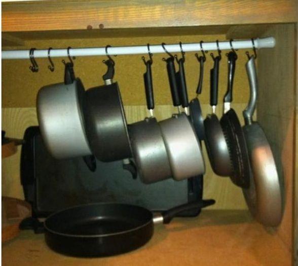 """Uma gaveta ao contrário no armário do banheiro se torna um banquinho muito útil para as crianças.   Uma tomada """"escondida"""" numa gaveta falsa..."""