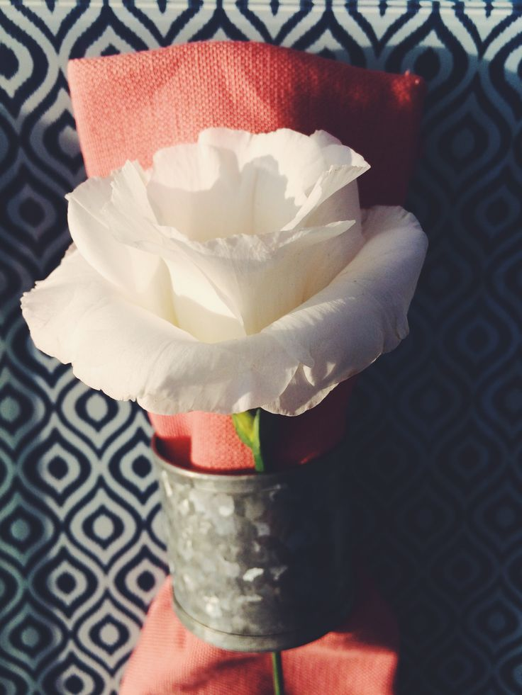 Pink napkin with white eustoma flower. Diy inspiration for tablesetting.