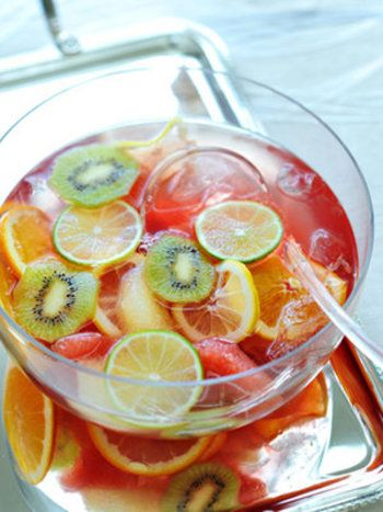 キウイの他、グレープフルーツ、レモン、ライム、オレンジの柑橘類が入った爽やかなフルーツポンチ。クランベリージュースとソーダでほんのりピンクの色合いが愛らしく、誕生日会にもぴったり。