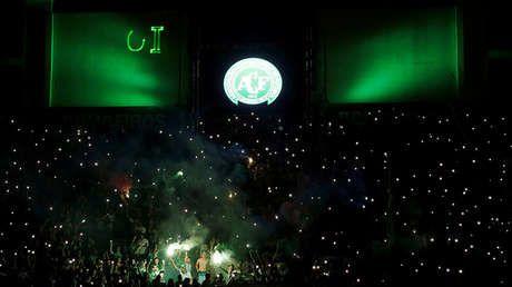 Aficionados del club Chapecoense rinden homenaje a sus jugadores fallecidos en accidente aéreo en el estadio Arena Conda de Chapecó, Brasil.