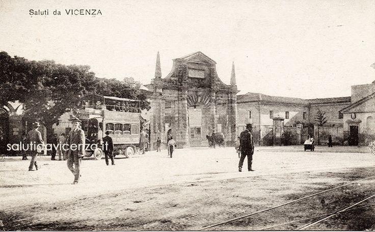 Piazzale Roma, oggi De Gasperi, con l'arco rinascimentale di Ottavio Bruto Revese che dava accesso al lungo viale della stazione ferroviaria. L'arco venne demolito nel 1938 in occasione di una parata fascista e l'arrivo in città del duce.