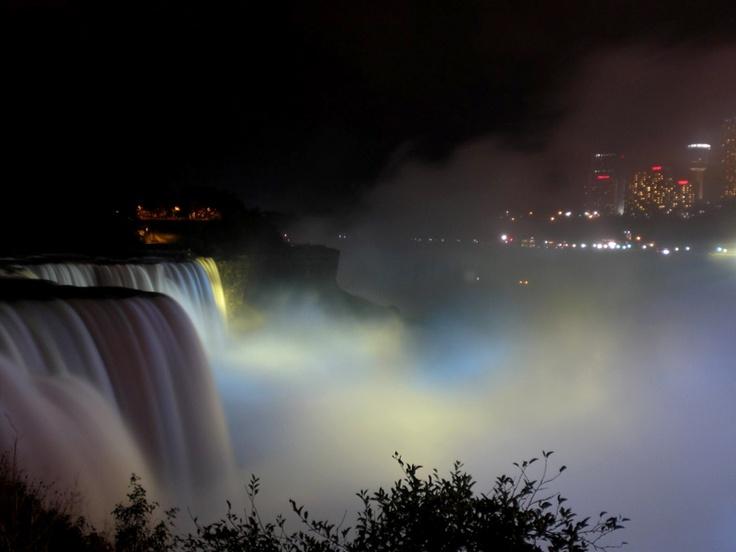 Niezwykłe widowisko - wodospad Niagara nocą. Fot. radio RMF FM