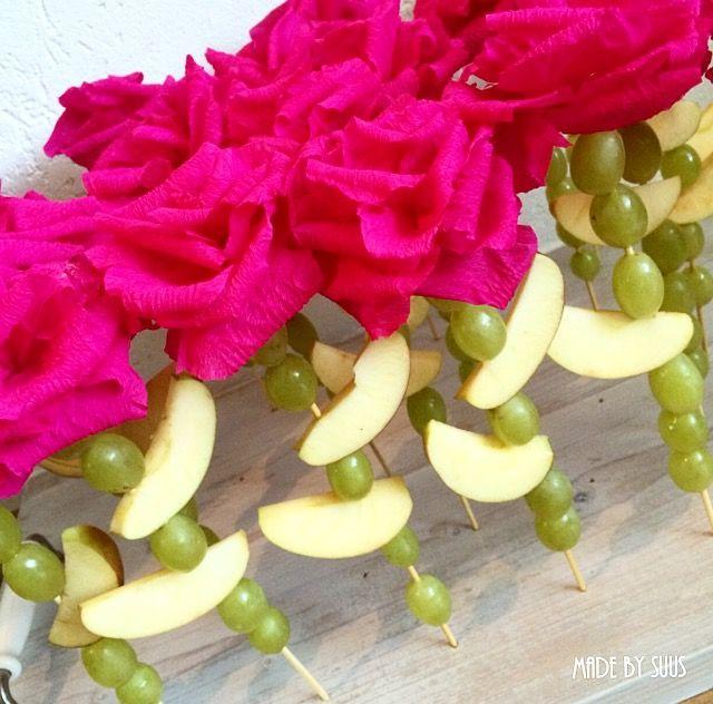 Leuke meisjes traktatie. De rozen zijn gemaakt van crêpepapier. Steel en blaadjes gemaakt van druiven en partjes appel geregen aan een sateprikker