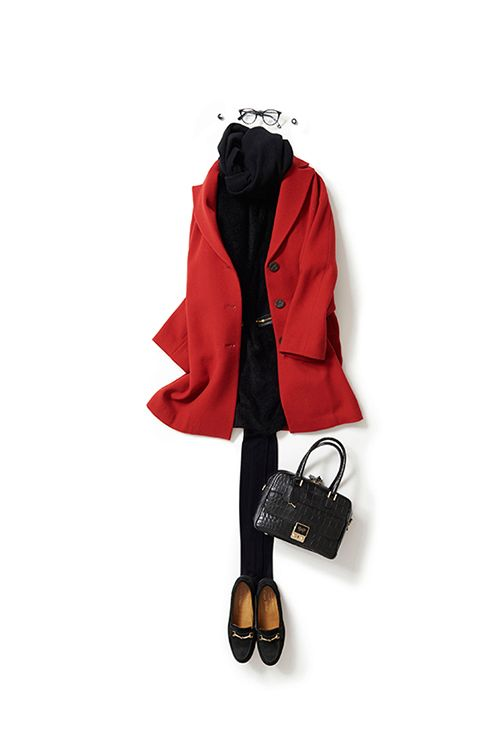 かっこよく着たいワンピースのスタイル | Kyoko Kikuchi Closet コーディネート洋服 |キュートなイメージがするワンピース。なぜか、ときどき着たくなります。今日はレトロな気分もいいかな、と思って赤い色のコートを合わせてみました。私らしく、ここに眼鏡とビットローファーでメンズさをプラス。60年代なムードを、ちょっとかっこよく着こなしたい感じ。Retro 60's red coat, black one piece mini dress, tights and flats.