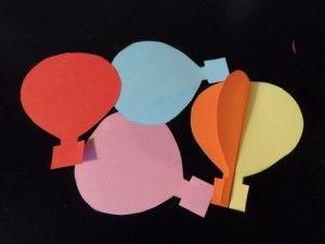 De är enkla att göra. Man klipper ut sex luftballonger som man sedan viker på mitten och limmar ihop. Med ett snöre i mitten så går de att hänga upp. Finast blir det med olikfärgade papper.