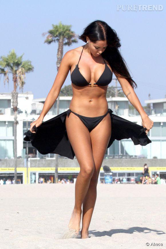 A la plage, Nabilla opte pour des bikini riquiqui.