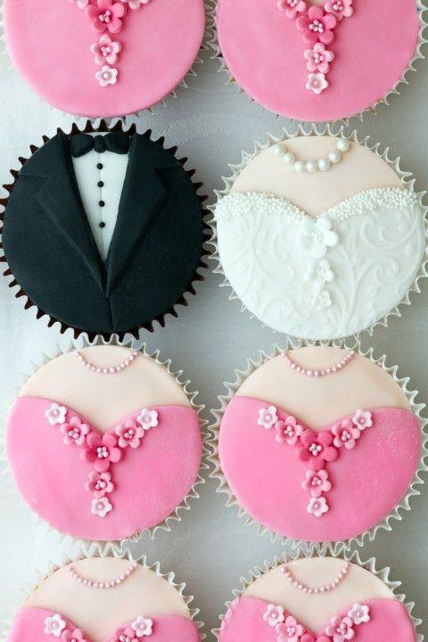 Die süßen und fantasievoll dekorierten Cupcakes und Muffins sind eine schöne Alternative zur pompösen Hochzeitstorte. In ihnen können sich zudem die Dekorationsfarben der Hochzeit wiederfinden. Wer sich zwischen Torte und Cupcakes nicht entscheiden kann, kann auch einen Mix aus beidem bestellen.
