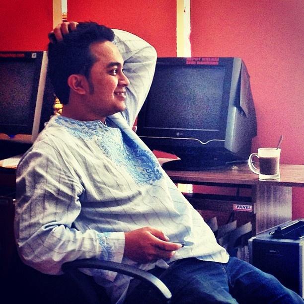 Kokogenik : tampak lumayan kalo pake baju koko (doang) XD #friend #office - @remondi- #webstagram