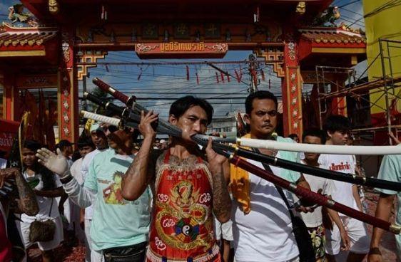 Phuket, no sul da Tailândia, que começou nesta quinta-feira (10) e que durante nove dias oferecerá espetaculares e sangrentos desfiles dos devotos taoístas, que exibem as torturas que se infligem para se purificar e à comunidade.