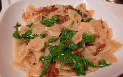 Pasta con rucola e pomodori secchi - Prepara una semplice ma squisita pietanza a base di verdure, con pomodorini secchi e rucola.