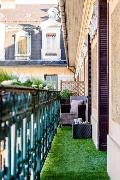 Balcony with artificial grass by Arabesque&co