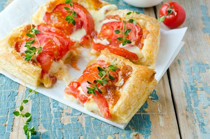 Ciasto francuskie z pomidorami. Składniki: ciasto francuskie w rolce, 5 pomidorów pomidory, ser mozarella, sos serowy Tarsmak, świeże oregano, pieprz. Wykonanie: ciasto francuskie pokroić w kwadraty i wyłożyć na lekko natłuszczonej blaszce. Na ciasto położyć plastry mozarelli, pokrojonego pomidora i oprószyć świeżo zmielonym pieprzem. Upiec w piekarniku w temperaturze 200°C do uzyskania złotego koloru. Podawać polane sosem serowym i gałązkami świeżego oregano.