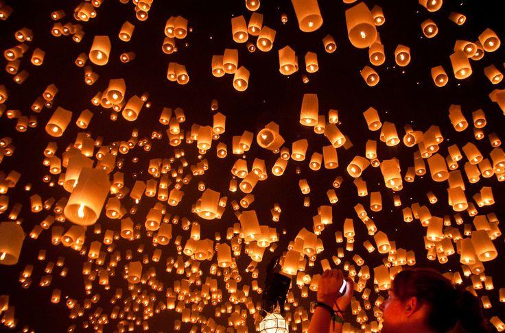 La fiesta de la Luna llena empieza en los 80, una playa de película y una luna impresionante, hoy todavía se celebra cada luna llena una multitudinaria fiesta rave que dura toda la noche, sucede en Koh Phangan, Tailandia, música, baile, cuerpos pintados.