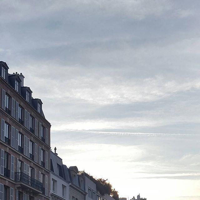 Il est cinq heures, Paris s'éveille, Paris s'éveille  Le café est dans les tasses  Les cafés nettoient leurs glaces  Et sur le boulevard Montparnasse  La gare n'est plus qu'une carcasse  Il est cinq heures, Paris s'éveille, Paris s'éveille . . . . #jacqueslanzmann #pursuepretty #potd #prettylittlethings #travel #france #makemoments #photooftheday #natgeotravelpic #facade #darlingmovement #igersparis #huntgram #symetry #architecture #parismonamour #architectureporn