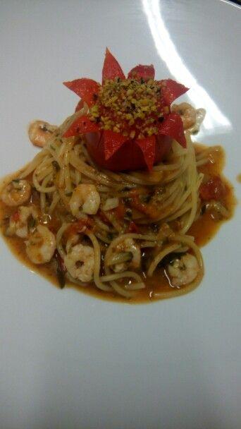 Spaghetti gamberi, zucchine e ciliegino!!! :) #picoftheday #photooftheday #food #spaghetti #foodporn #ciliegino #gamberetti #decorazione #decoration #pasta