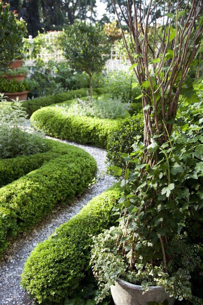 Gartenideen Für Wenig Geld, Mit Kies Bedeckter Gartenweg Und Eine Hecke,  Kletterpflanzen