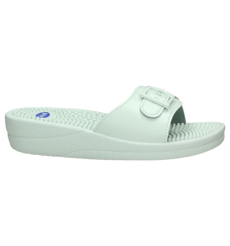 Deze super comfortabele witte Scholl slippers geven je voeten de juiste ondersteuning. Draag ze 's zomers als trendy alternatief voor je sandalen en 's winters als comfy pantoffels. Lang staan