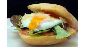 Zin in een lekker stevig ontbijt? Maak dan dit luxe broodje met ei en bacon.