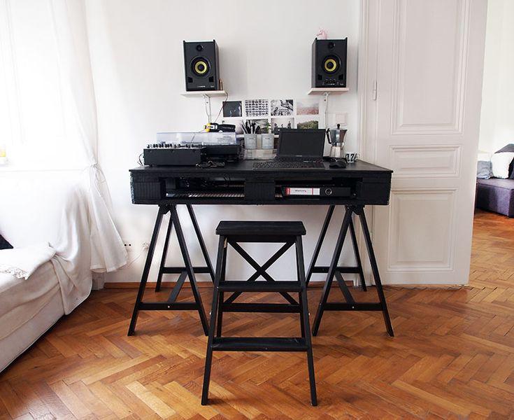 die besten 25 schreibtisch aus paletten ideen auf pinterest rustikaler computer schreibtisch. Black Bedroom Furniture Sets. Home Design Ideas
