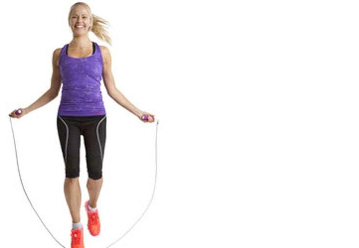 Att hoppa hopprep är en kalorislukande motionsform och passar därför perfekt när du vill gå ner i vikt. Här får du lära dig tekniker för hopprep och får ett träningsprogram som sätter fart på din förbränning.
