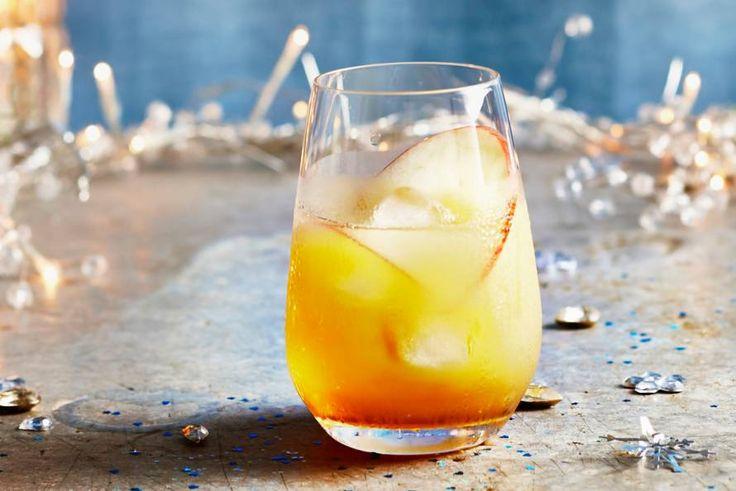 Er is altijd wel een feestelijke gelegenheid te bedenken voor deze fruitige cocktail - Recept - Whisky met appelsap en vlierbloesemsiroop - Allerhande
