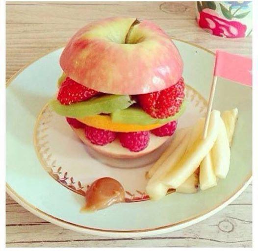 Mmm, una riquísima hamburguesa de frutas!! Seguro que a los niños les encanta esta divertida manera de comer fruta.
