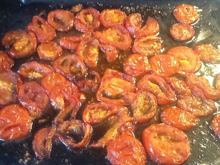 Tomaten half gedroogd in de oven.