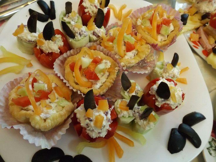 Reteta culinara Tarte pentru Sarbatori din categoriile Aluaturi si Foietaje, Aperitive, Aperitive cu brinza, Retete de Craciun. Cum sa faci Tarte pentru Sarbatori