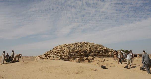 Arqueólogos, no sul do Egito, descobriram uma pirâmide de degraus com cerca de 4.600 anos, anterior à Grande Pirâmide de Gizé.