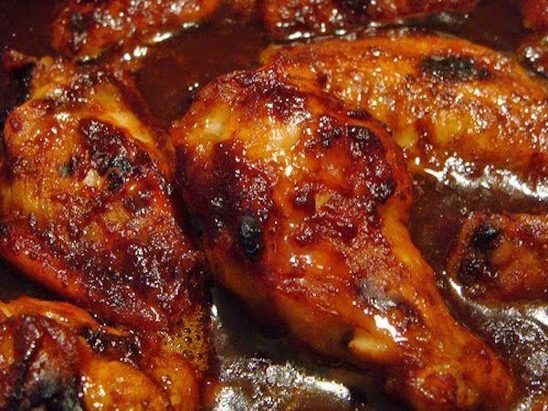 Badigeonnez les cuisses de poulet d'un mélange huile et épices, uniformément. Faites cuire quelques minutes, les cuisses à même la grille pour lui donner une belle couleur...